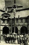 Auray - Sainte-Anne-d'Auray - Les Pèlerins au pied du Calvaire au Cloître