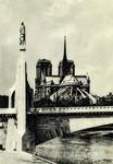 Paris - Abside de Notre-Dame et statue de Sainte Geneviève