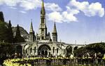 Lourdes - L'Esplanade et la Basilique de face.