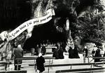 Lourdes - La Prière aux Pieds de la Vierge